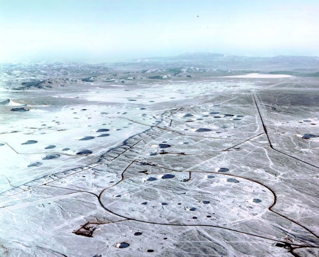 미국 네바다주 사막에 위치한 핵실험장. 핵실험으로 인한 분화구를 군데 군데에서 찾아볼 수 있다. 이런 분화구는 특별한 목적으로 만든 것으로, 보통 지하 핵실험은 이렇게 구멍이 드러나지 않는다. 이런 핵실험 결과는 나중에 지진과 핵무기의 위력을 계산하는 데이터를 제공했다. - 미국 에너지부 핵안보실 제공